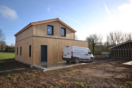 maison-bois-avec-bardage-vertical-en-bois-naturel